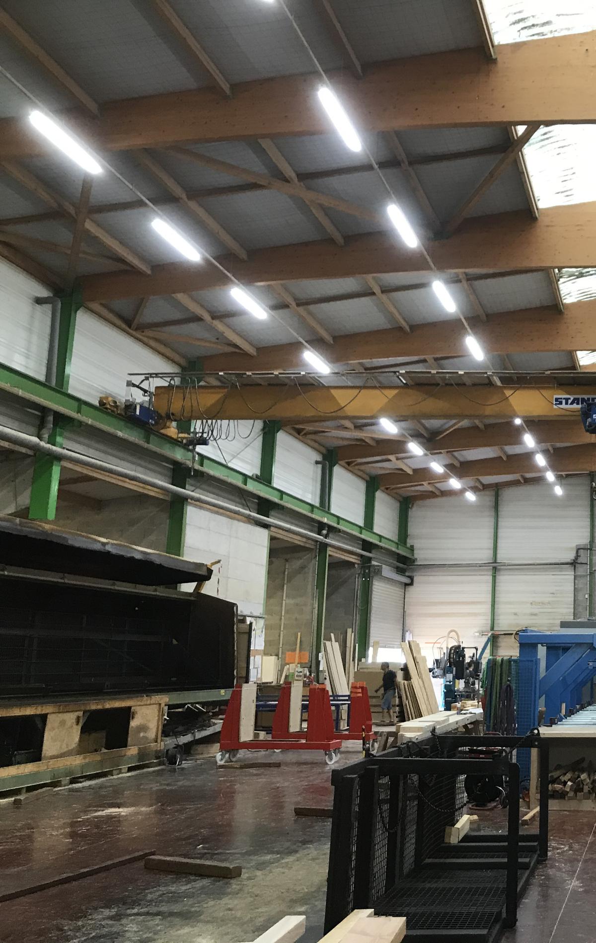 Projecteurs suspendus bâtiment industriel